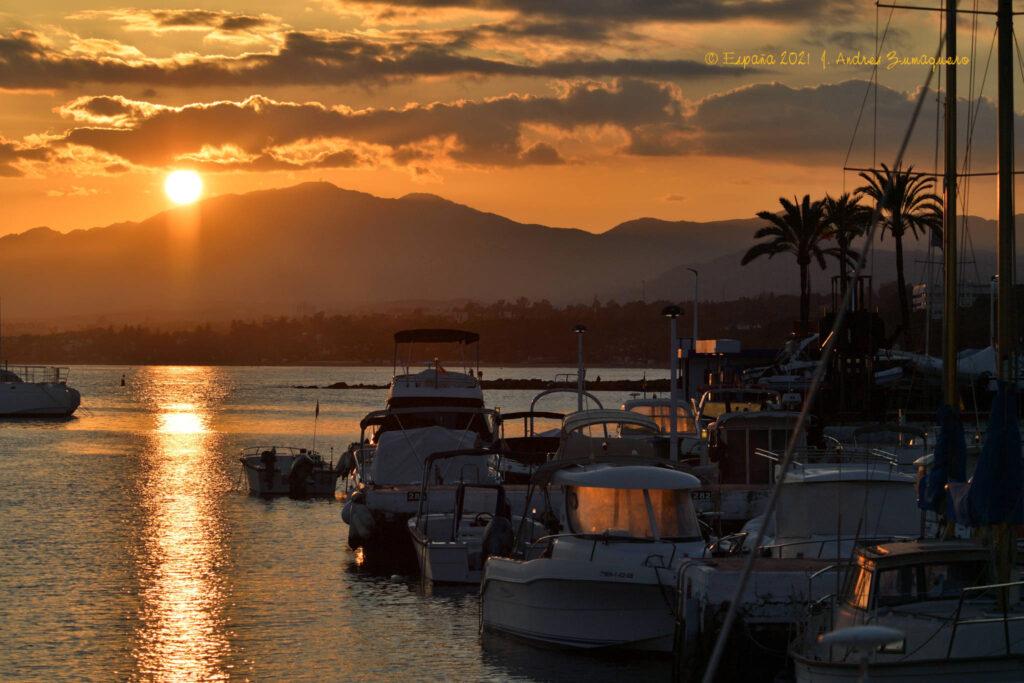 Atardecer contemplado desde puerto de embarcaciones de recreo en Marbella.